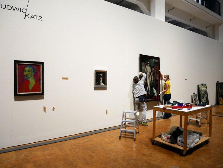 """Installation des Werks """"Miss Mary"""" von Hanns Ludwig Katz in der Städtischen Galerie Karlsruhe"""