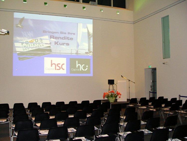 Vortragsveranstaltung im Atrium mit Beamer und Bestuhlung