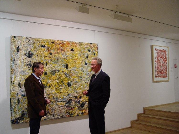 Entertainer Udo Jürgens mit Dr. Achim Sommer vor einem Werk des Österreichers Gunter Damisch