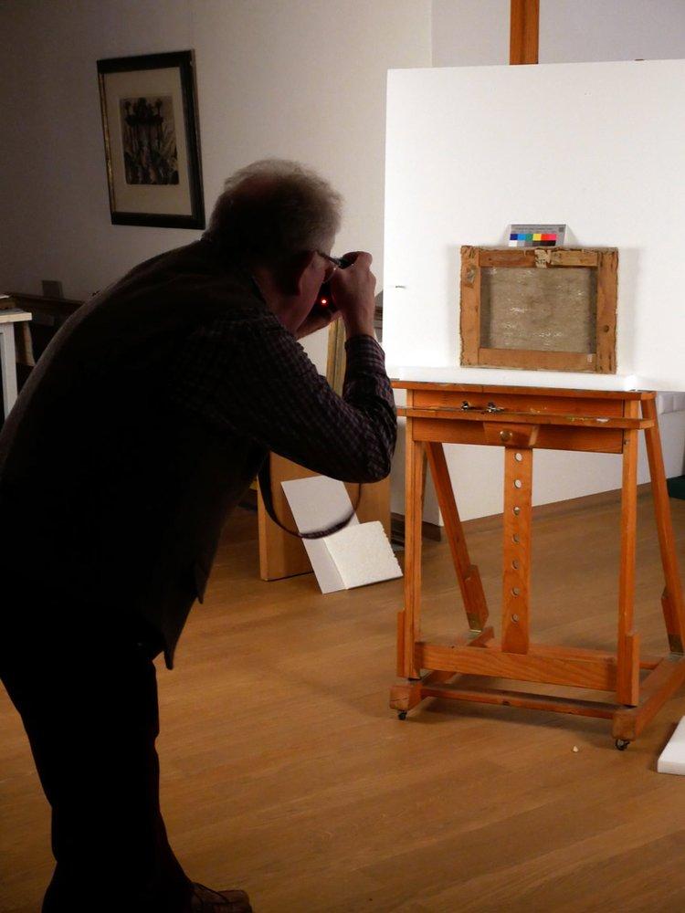 Martinus Ekkenga fotografiert eine Bildrückseite