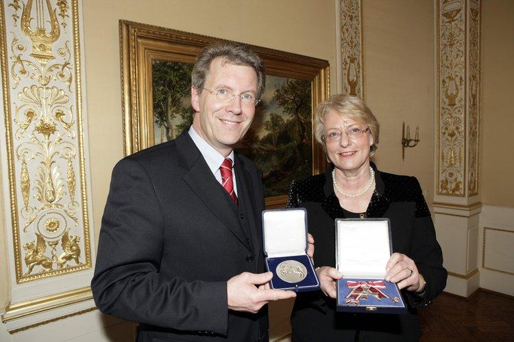 Ministerpräsident Christian Wulff überreicht Eske Nannen 2006 die Nds. Landesmedaille und den Verdienstorden am Bande