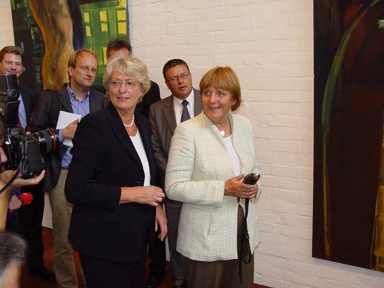Angela Merkel bei ihrer Sommertour 2004, in der Kunsthalle mit Eske Nannen