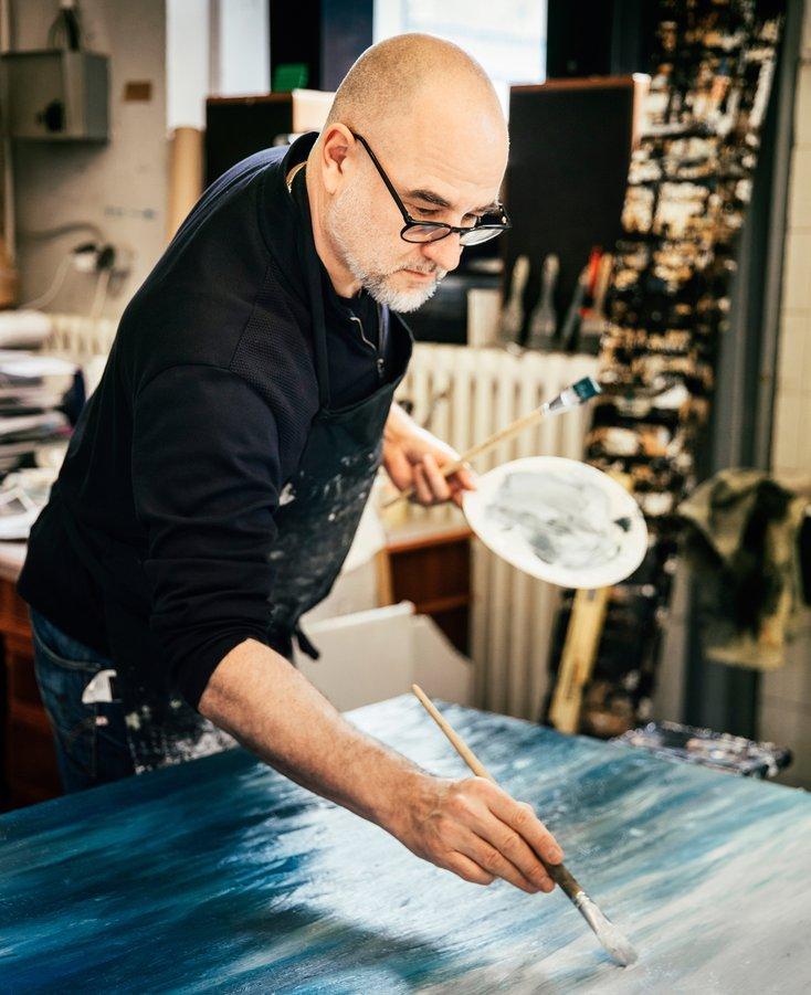 Sven Drühl bei der Arbeit im Atelier.