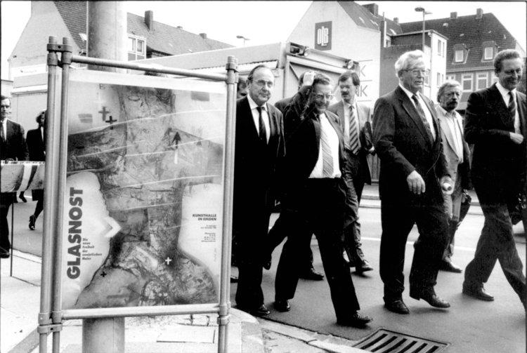 """Zur Eröffnung der Ausstellung """"Glasnost"""" 1988 spricht Bundesaußenminister Dietrich Genscher"""