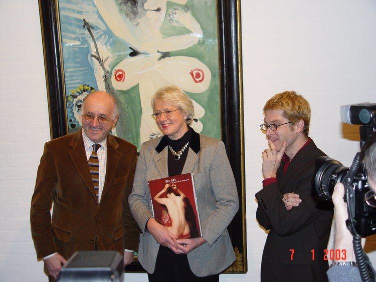"""TV-Moderator Alfred Biolek in der Ausstellung """"Der Akt in der Kunst des 20. Jahrhunderts"""", 2002"""