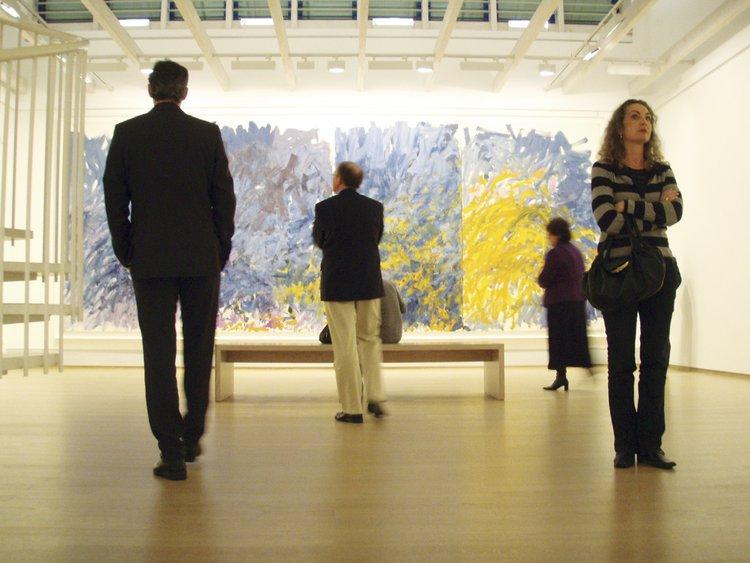 """Besucher in der Ausstellung """"Joan Mitchell"""" 2008. Foto (c) Matthias Löcker"""