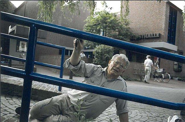 Der begeisterte Hobby-Handwerker Henri Nannen bei Malerarbeiten. Foto (c) Ferdinand Graf Luckner