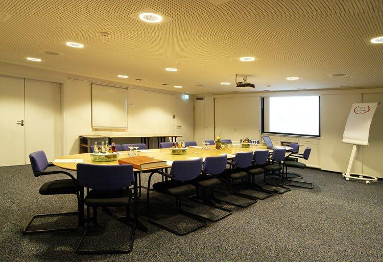 Im Konferenzraum kann das Mobiliar variabel aufgebaut werden.