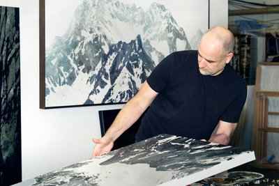 Sven Drühl bei der Arbeit im Atelier. Foto von Lena Giovanazzi
