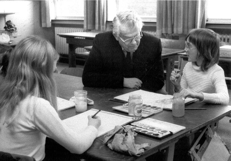 Henri Nannen mit der ersten Generation Emder Malschulkinder, ca. 1984