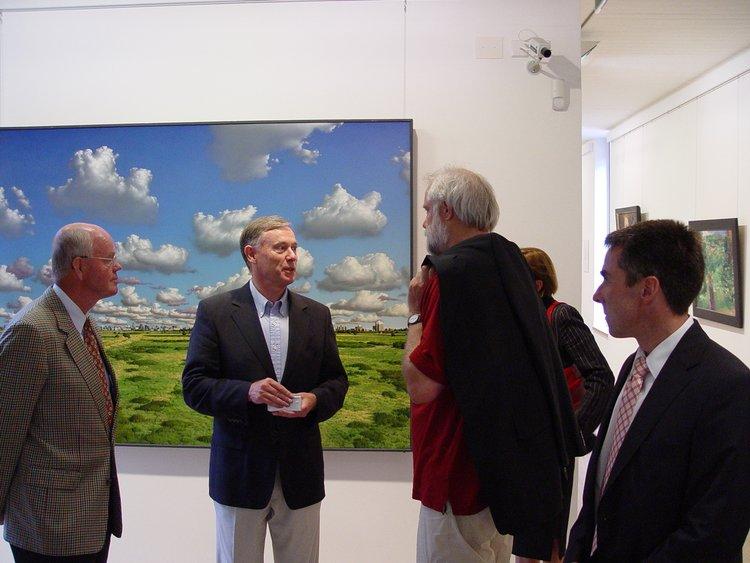 Bundespräsident Horst Köhler 2006 im Gespräch mit Maler Heiner Altmeppen (3.v.l.)