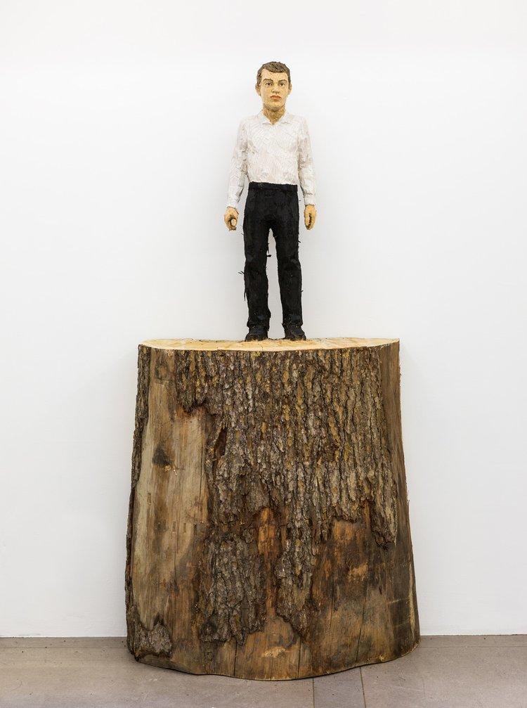 Mann mit weißem Hemd und schwarzer Hose, 2016 (c) VG Bild-Kunst, Bonn 2020