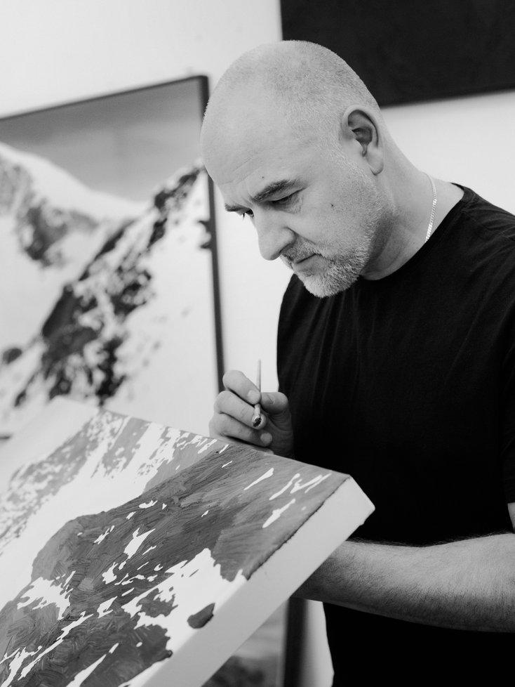 Sven Drühl bei der Arbeit im Atelier. Schwarzweiß-Fotografie von Lena Giovanazzi