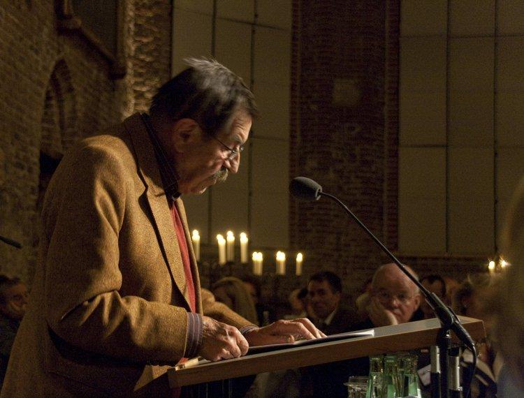Schriftsteller Günther Grass spricht 2009 bei einer Veranstaltung der Kunsthalle in der Johannes Lasco Bibliothek