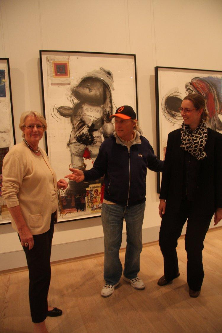 Otto Waalkes, häufiger und gern gesehener Gast in der Kunsthalle, 2011 vor Arbeiten von Paul McCarthy