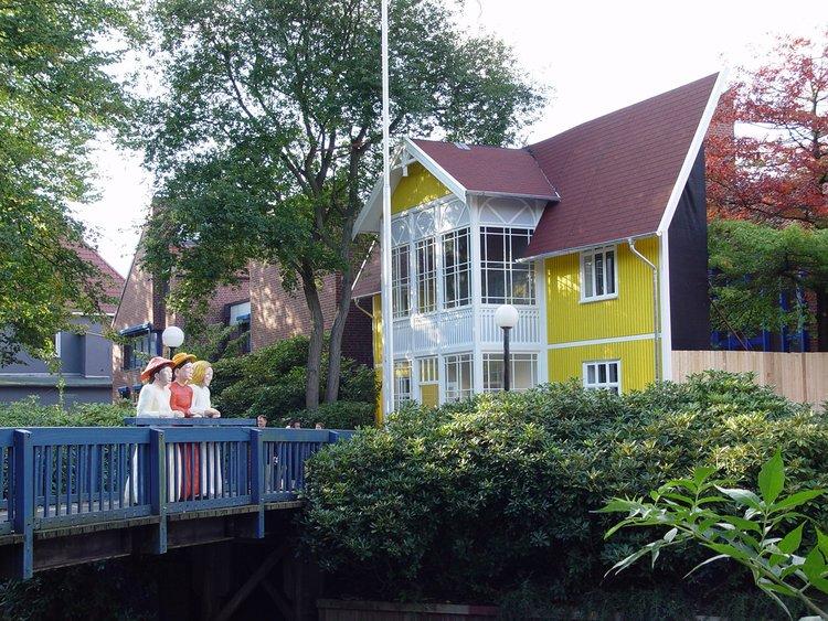 """2004 verwandelte sich die Kunsthalle in das Haus des Malers Edvard Munch, davor seine """"Mädchen auf der Brücke"""" als Holzskulptur (Marco Sluiter)"""